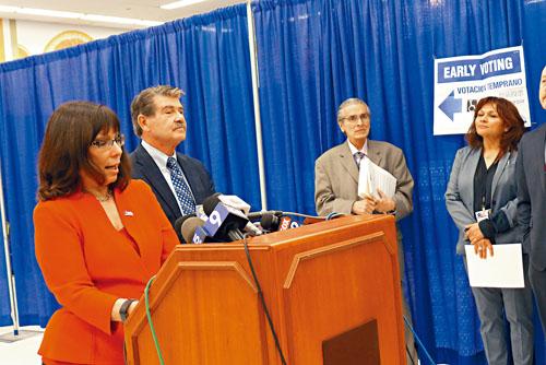 芝加哥選委會主席賀蘭特茲(左)、庫克郡書記大衛歐爾(右)在市中心的提前投票站召開媒體說明會,宣佈提前投票3月5日啟動。 梁敏育攝