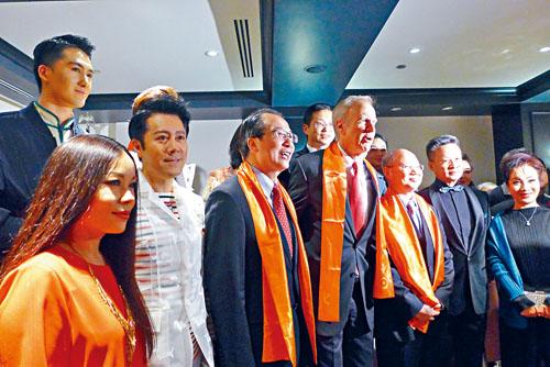 伊利諾州長朗納(右4)與洪磊總領事(左3)出席招待酒會,與部分演員們合影。   梁敏育攝