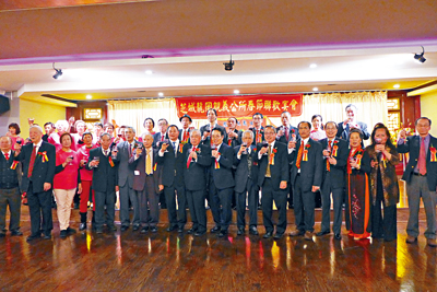 芝城龍崗親義公所戊戌年新春聯歡晚會,宗親們向各界敬酒送祝福。梁敏育攝