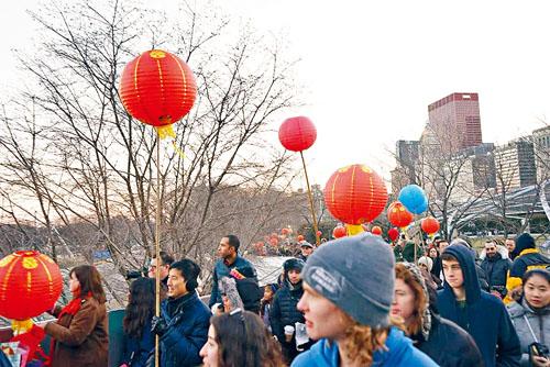 芝城慶祝元宵節舉辦花燈遊行,沿線可見民眾高高舉起大紅燈籠。