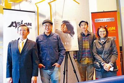 第六屆亞洲躍動電影節,放映台灣寫實電影「最後的詩句」,導演曾英庭(左二),男主角傅孟柏(右二)與陳彥夆副處長(左一),亞洲躍動電影節行政主任王曉菲(右一)合影。 梁敏育攝