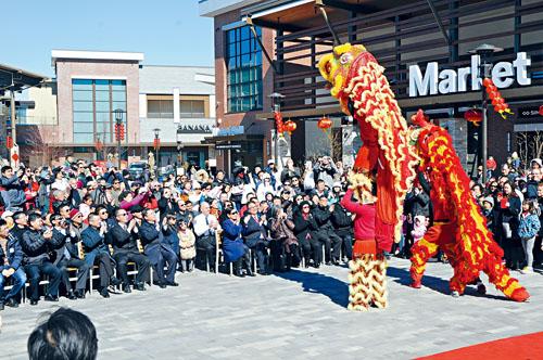 華人社區黃氏武館舞獅吸引民眾圍觀。