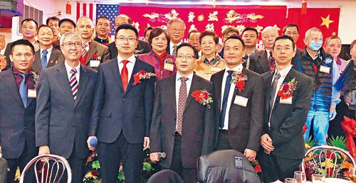 中國駐紐約總領館僑務主任王信遠(右3),張鵬雄領事(左3),主席李展鴻(右2)李永華(左1)總顧問兼僑學界秘書長呂劍雲(前排左2)前任主席李澤祥(右1)與全體職議員合影。