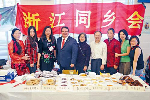 馬里蘭州副州務卿Luis Borunda(左四)與浙江同鄉會的成員合影。