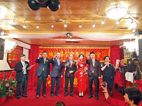 元老團主席伍煥鵬(左4)、總理譚炳恒(左3)、元老陳姿(右3)、協勝兩位主席張善星(右2)、盧代義 (左2)、兩位司儀黃賢香(右1)、陳子強(左1)一起上台舉杯敬酒祝賀。