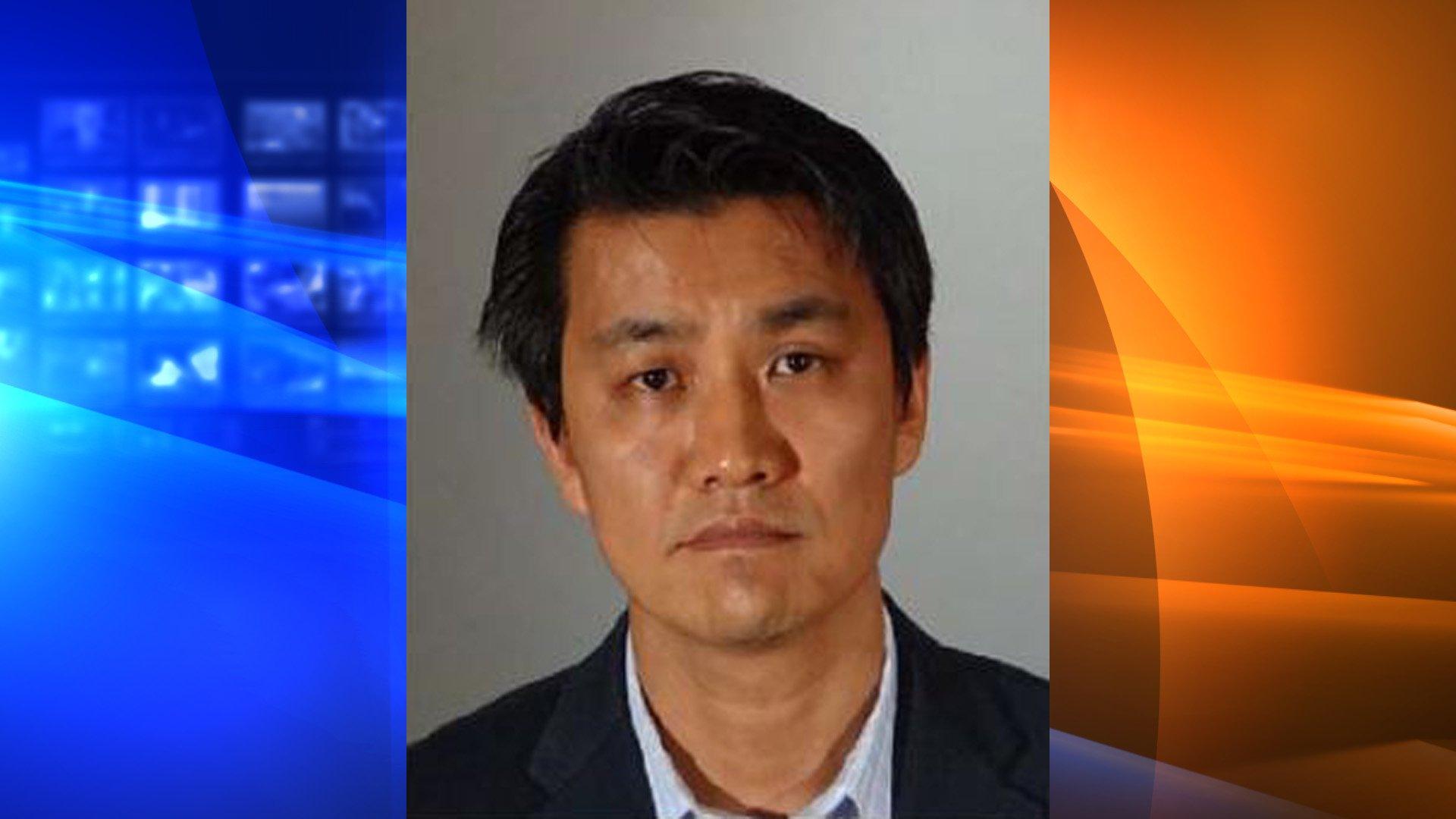 洛杉磯縣出現一位暴露狂,韓裔教授許東賢涉嫌在人前「露鳥」遭逮。洛縣警局