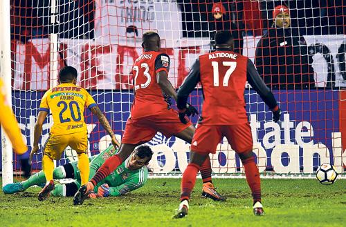 ■多倫多隊奧沙里奧(不在圖中),為球隊射入致勝球。加通社