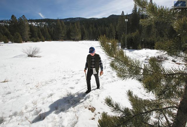 加州水利局量雪工程主管Frank Gehrke在完成今季第二次測雪工作後離開雪地。美聯社
