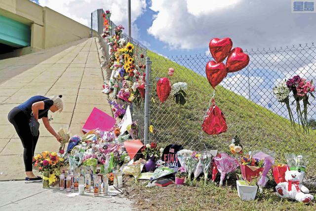 圖為早前佛羅里達州高中發生校園槍擊慘劇,震驚全國,民眾到校園獻花哀悼死難者。美聯社