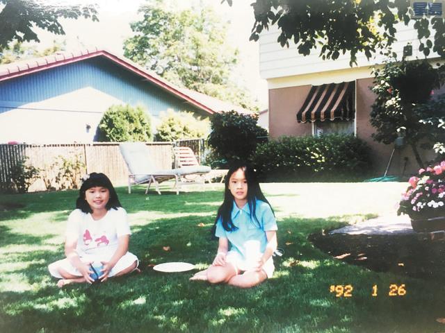 年輕華裔女導演阮鳳儀(右)和妹妹小時候移民美國。阮鳳儀提供