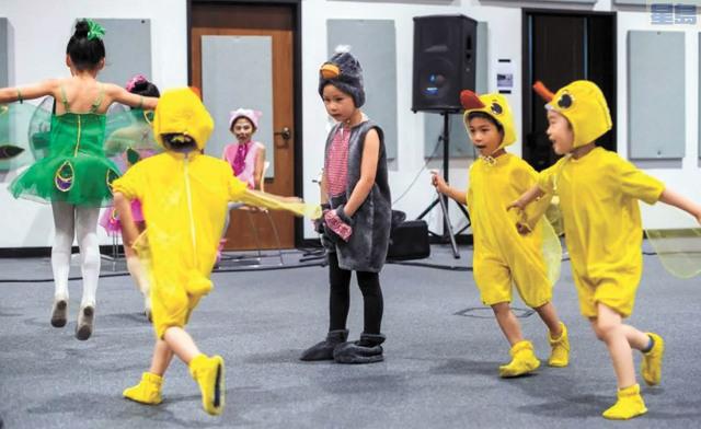 新星劇社精品兒童劇《醜小鴨》的排演畫面。新星劇社提供