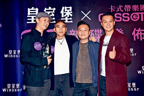 ■吳浩康(右)與許懷欣(左)等,現身支持卡式帶樂團新碟發布會。