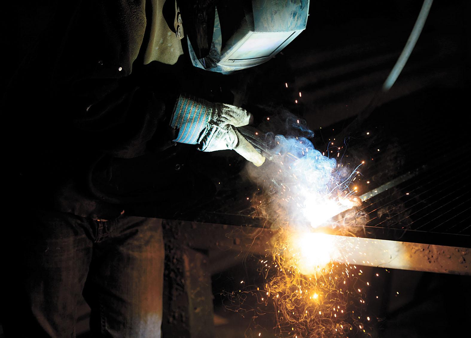加拿大一名鋼鐵廠的工人在工作中。 美聯社