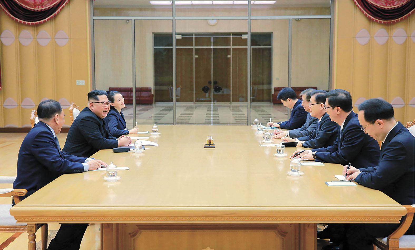 韓國特使團6日結束訪朝,期間與朝鮮領導人金正恩(左二)會面。法新社