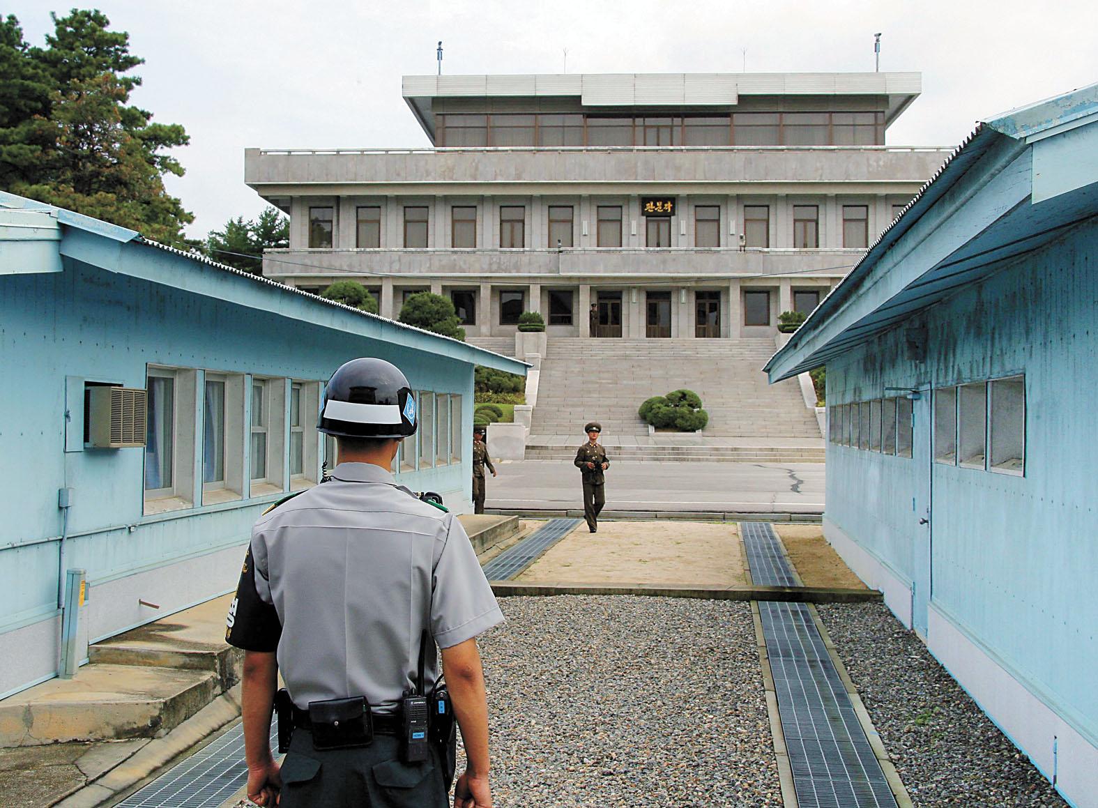 在朝鮮半島中部的板門店,一名韓國憲兵(左)和一名朝鮮士兵分別在軍事分界線兩側執勤。新華社資料圖片