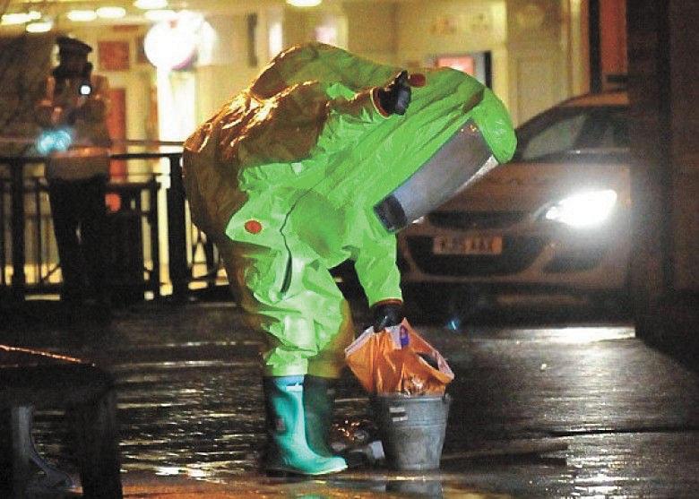 當局派出身穿防護衣的人員消毒。網上圖片