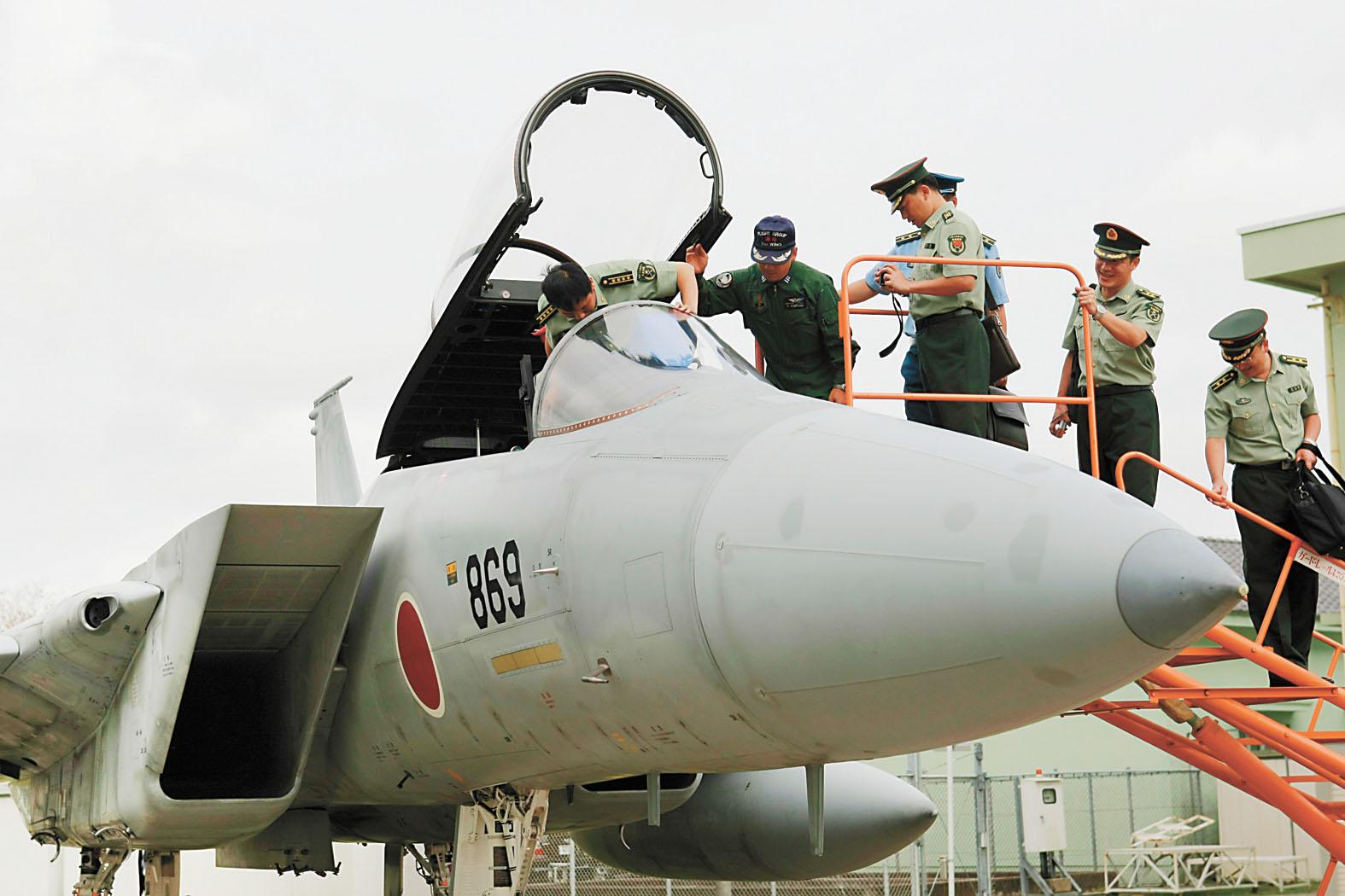 解放軍中青年軍官研修團訪問日本航空自衛隊基地。資料圖片