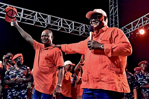 塞國總統科羅馬(右)在選前的拉票集會上,力撐執政黨候選人卡馬拉(左)。法新社