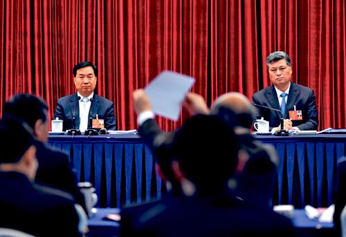 廣東省委書記李希(左)、省長馬興瑞6日聽取人大代表意見。中新社