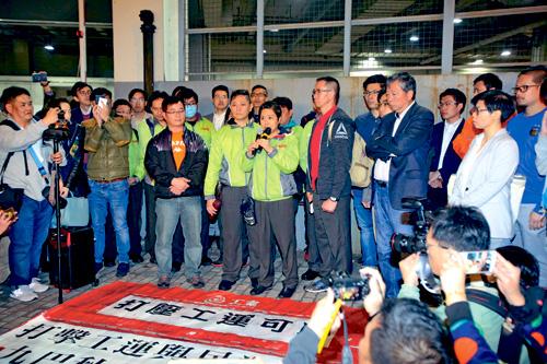 「九巴月薪車長大聯盟」召集人葉蔚琳(中)與夫劉卓恆等四人遭解僱,政黨與市民到荔枝角車廠聲援。