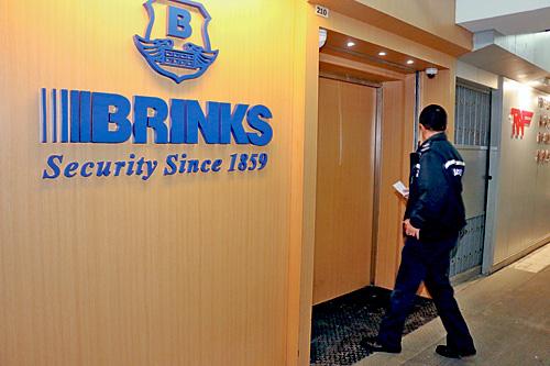 警方到涉事布林克押運公司了解事件。