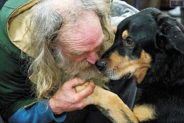 無家男子史丹日前帶同愛犬畢德前往市中心聯合福音使命團。美聯社