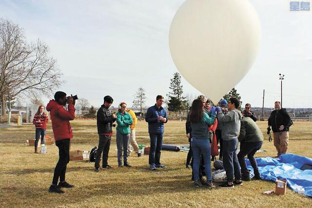 西雅圖學院的學生們在摩斯湖市(Moses Lake)升放氣象球。取自西雅圖學院臉書