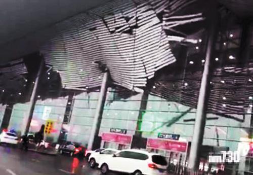 江西南昌機場航站樓天花板4日被大風吹下,猶如災難大片。網上圖片
