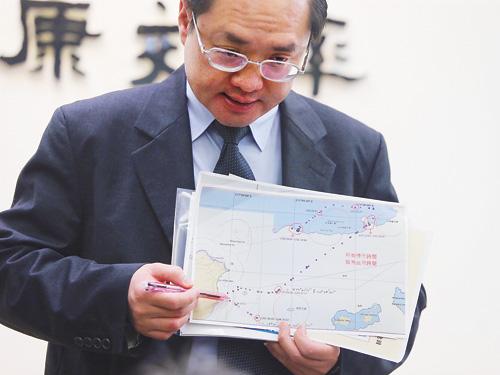 漁業署副署長林國平(圖)5日在農委會以地圖說明事件背景。中央社