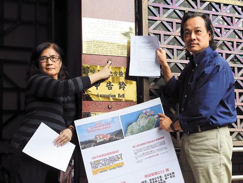 方儉(右)等人5日到台北地檢署按鈴控告經濟部長等15人。中央社