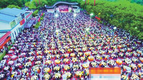 空中俯拍麻湧大步村萬人宴。網上圖片