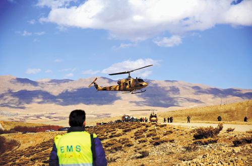 空難發生後,伊朗救援人員搜尋遇難者遺體和飛機殘骸。新華社