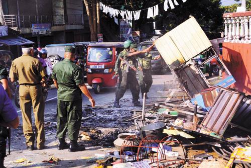 斯里蘭卡安全人員6日在清理街道。新華社