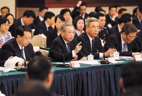 山東省委書記劉家義(左二)回答提問。中新社