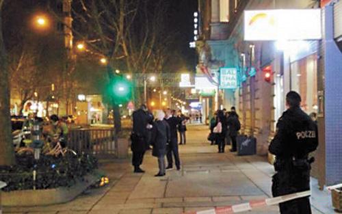 事發後,大批手持突擊步槍的特種部隊抵達現場,警員則封鎖案發地點調查搜證。網上圖片