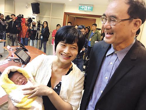 今年62歲的吳女士(前左)去年經人工生殖順利懷孕, 2月底產下一名男嬰,與36歲的大女兒同月同日生,創下台灣自然產孕婦最高齡紀錄。 中央社