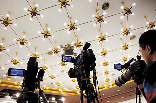 攝像機對準出席記者會的扶貧辦主任劉永富。路透社
