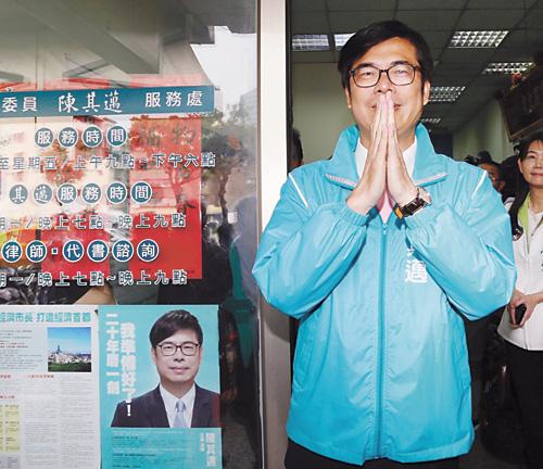 民進黨7日公布高雄市長初選民調成績,由立法委員陳其邁(前)以民調成績0.3590勝出,陳其邁下午在高雄市服務處召開記者會後,雙手合十向支持者致謝。 中央社
