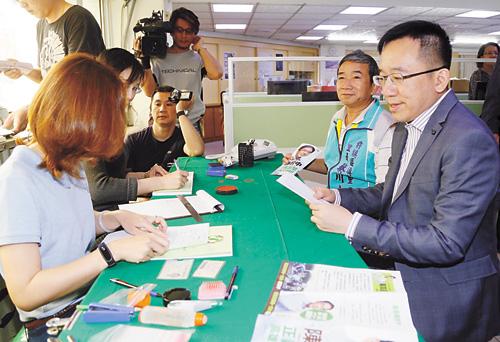 陳致中(右)登記參加民進黨高雄市議員黨內初選。 中央社