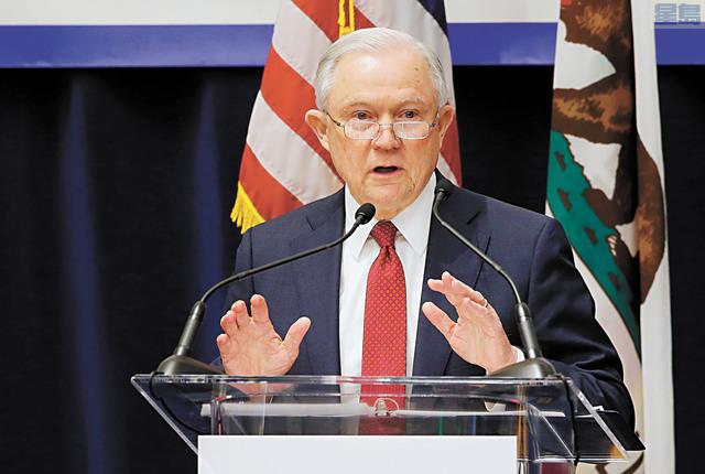 聯邦司法部長賽辛斯周三在沙加緬度宣布就加州庇護無證移民的法律提出訴訟。美聯社