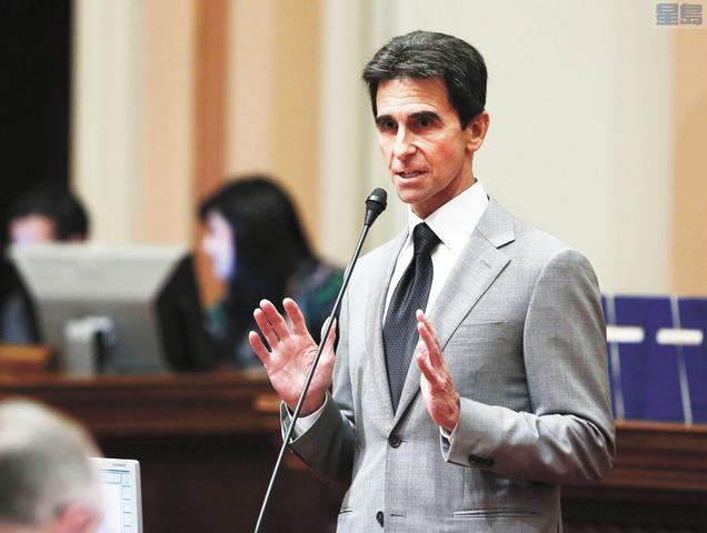 前州參議員里諾退居第三。