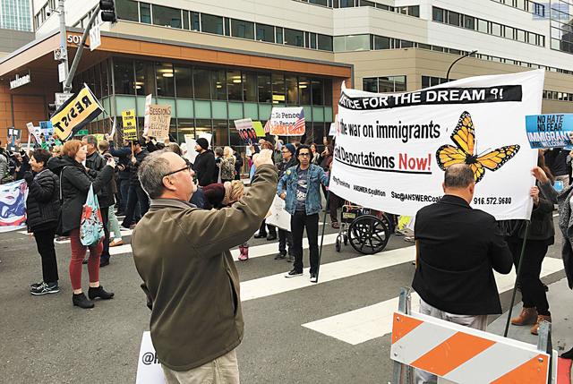 賽辛斯到沙加緬度出席加州治安官員協會活動發表講話,示威者在酒店外阻塞交通。美聯社