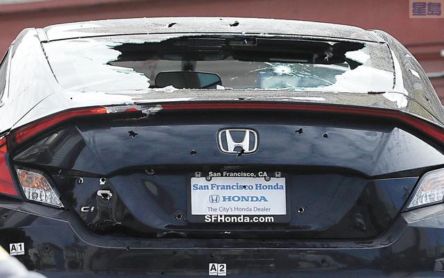 涉事汽車車尾箱可見有多個彈孔。美聯社
