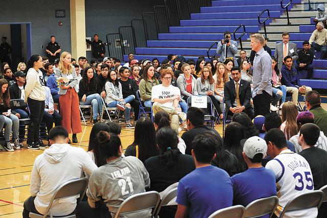 眾多學生參與講座,並向科爾提問有關槍管的問題。記者劉康泰攝