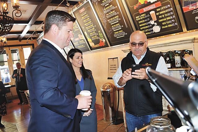 三藩市市長麥法恩與市參事司嘉怡參觀Chestnut街商戶,並親自購買店中咖啡。記者徐明月攝