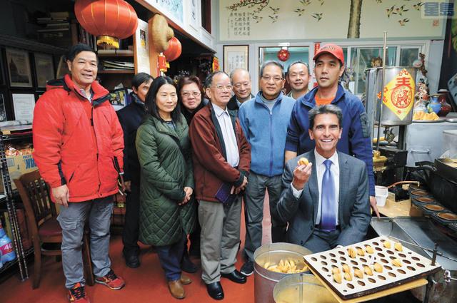 (身帶藍領帶)里諾與支持者在金門餅食公司內合照。記者邱凱藍攝