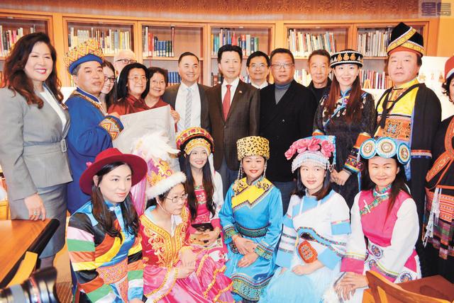 眾賓客與身著少數民族服飾的模特合影,共同為展覽開幕。 記者徐明月攝