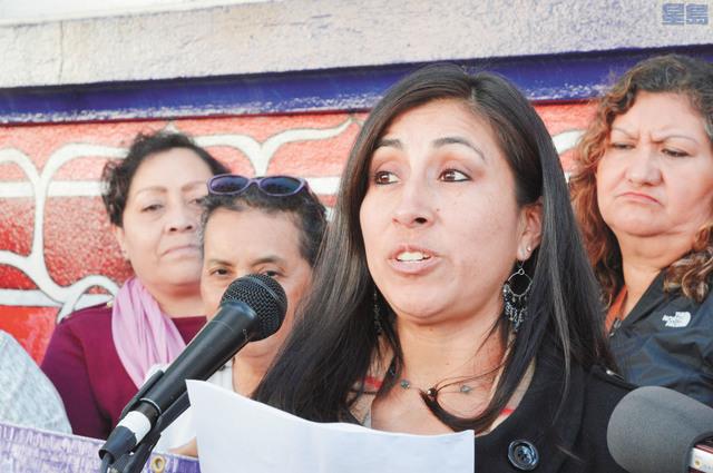 拉美裔的家庭暴力受害者「多拉」在現場分享經歷,並感謝支持她的組織。記者邱凱藍攝