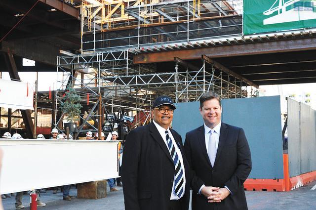 (左)工務局局長奴魯與(右)市長麥法恩在工地前合照。記者邱凱藍攝