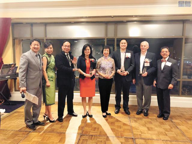亞裔家庭輔導中心在晚宴上頒獎予五個機構,表揚他們在改善社區生活不遺餘力。記者梁穎欣攝